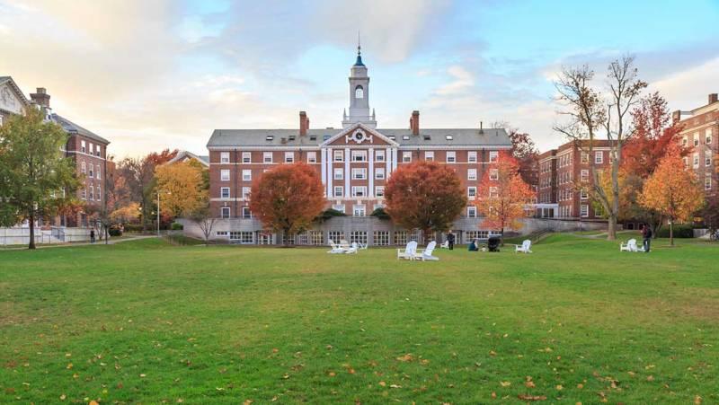 boston-harvard-university-000058925298